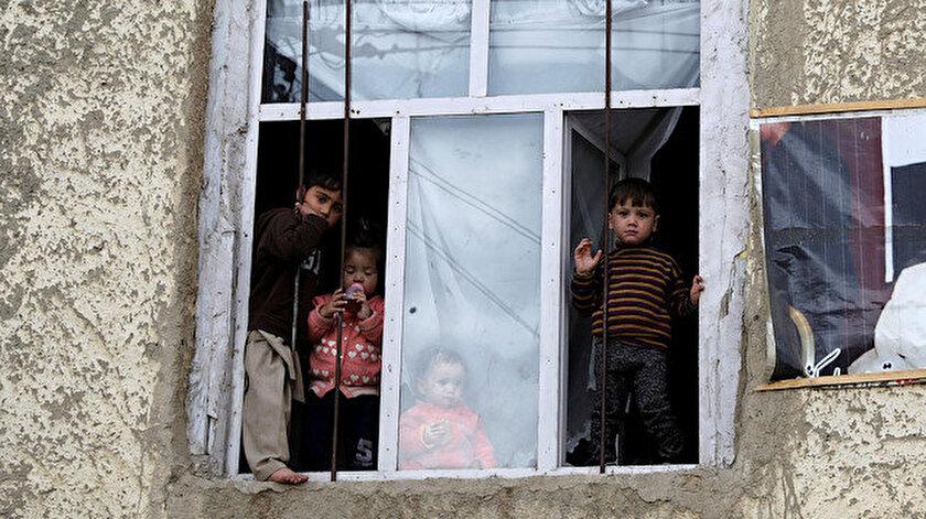 Çocuklar, Afganistan'da Kabil'deki bir satıcıdan balon satın aldı.