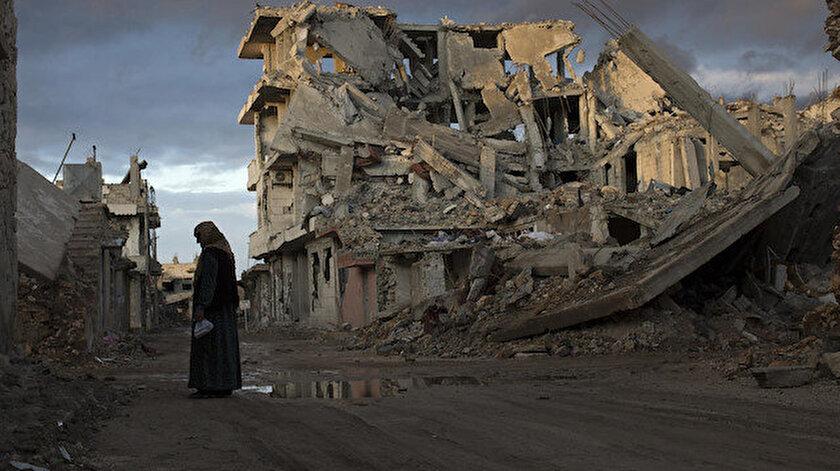 Hava saldırısı düzenlenen fabrikanın etrafında mülteci kampları bulunuyordu.
