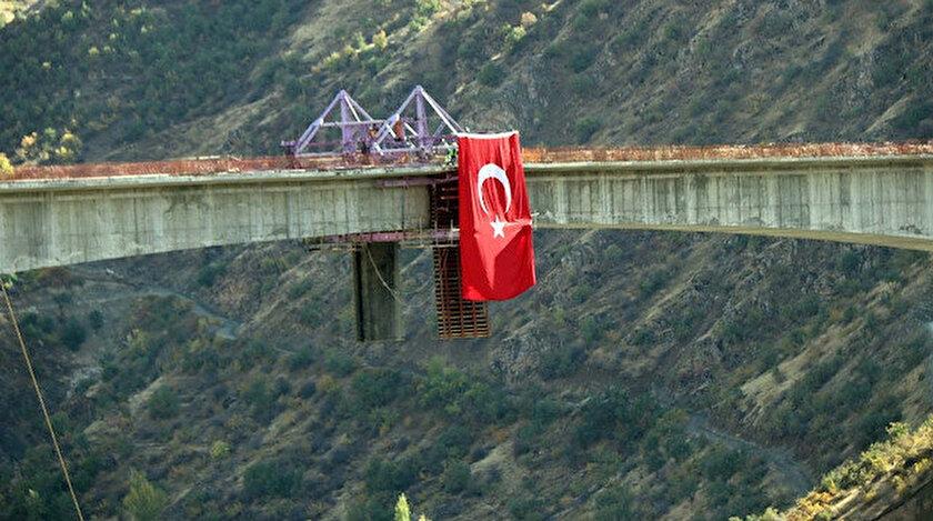 İki ili birbirine bağlayacak olan Botan Köprüsü, Türkiye'nin en uzun köprüsü olarak tarihe geçecek.