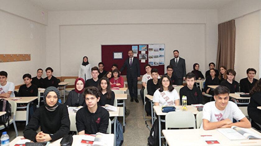 Gençlik ve Spor Bakanı Dr. Mehmet Muharrem Kasapoğlu, Ahmet Rasim Anadolu Lisesi öğrencileri ile bir araya geldi.