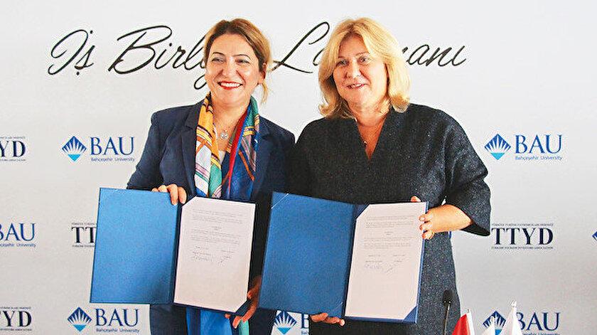 Bahçeşehir Üniversitesi Rektörü Şirin Karadeniz (sol) ve Türkiye Turizm Yatırımcıları Derneği Başkanı Oya Narin (sağ)