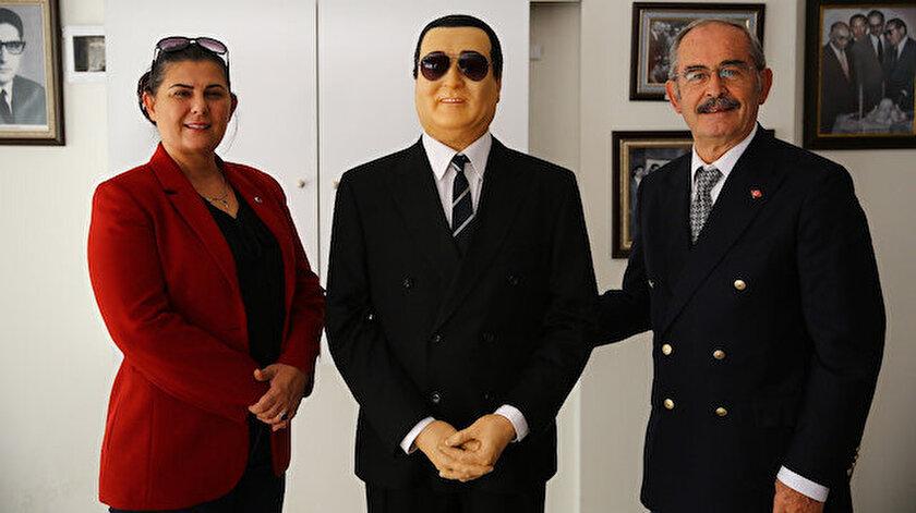 Yılmaz Büyükerşen, Aydına Adnan Menderes heykeli hediye etti