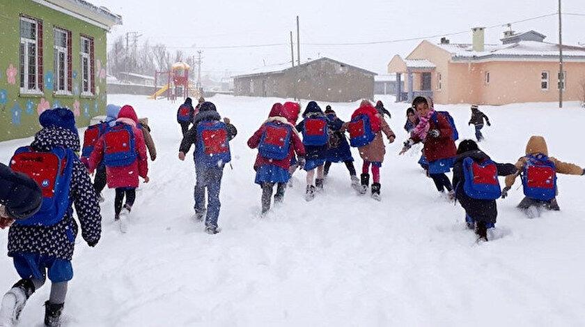 Refahiye'de bazı okullar tatil edildi.