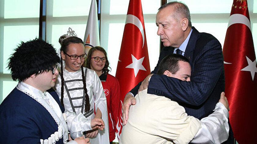 """Cumhurbaşkanı Recep Tayyip Erdoğan, """"3 Aralık Dünya Engelliler Günü"""" dolayısıyla AK Parti Genel Merkezi'nde engelli sporcu, sanatçı, zanaatkarlar ile aileleriyle bir araya geldi"""