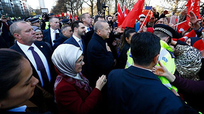 Londra'da yaşayan Türkler Cumhurbaşkanı Erdoğan'ın kalacağı otelin önünde sevgi gösterisinde bulundu.