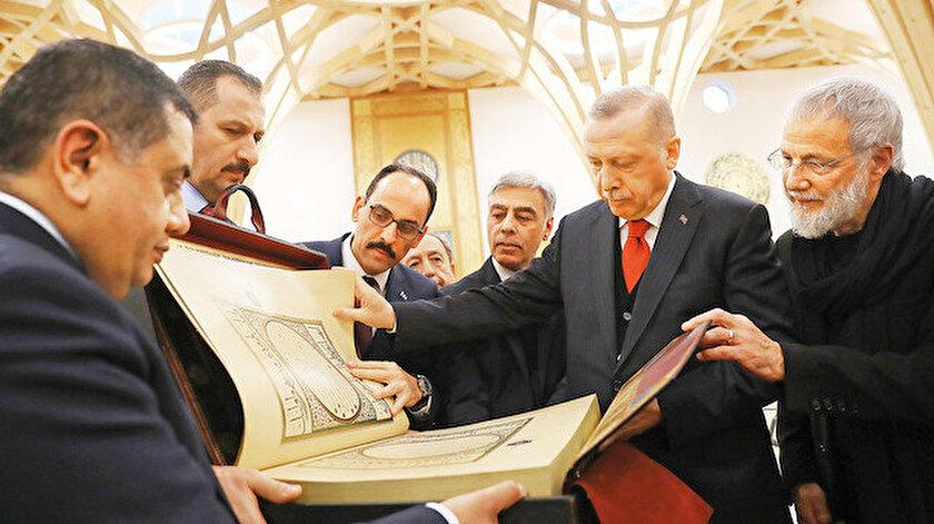 İbrahim Kalın (sol) Recep Tayyip Erdoğan (orta) Yusuf İslam (sağ)
