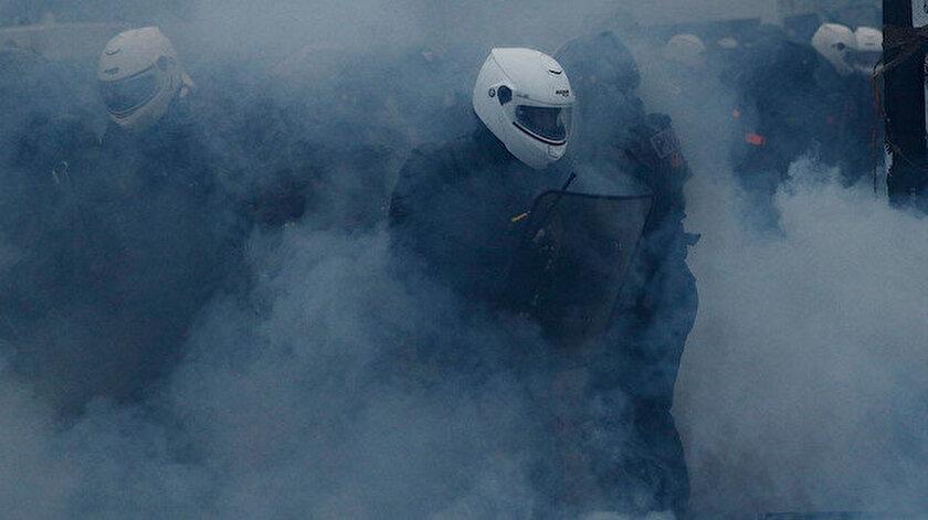Fransız polisleri göstericilere sis bombalarıyla müdahele ediyor