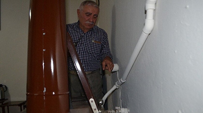 Mehmet Atlı, sobaya kurduğu sistemle evini ısıtıyor.