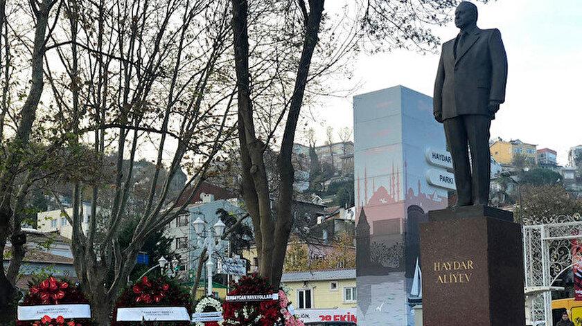 Anma töreninde, Haydar Aliyev'in anıtına çelenk bırakıldı.