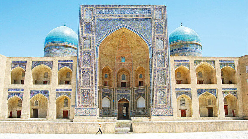 Türkistan'a tarihî bir dikkatle bakan biri, bölge üzerinde yüzlerce ayak izini görebilir.