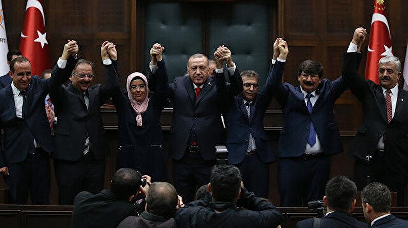 Cumhurbaşkanı Erdoğan, AK Parti'ye geçen belediye başkanlarıyla birlikte.