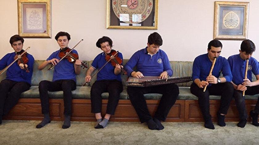 Hakkı Demir Anadolu İmam Hatip Lisesi musiki topluluğu, derslerden arta kalan vakitlerinde hep birlikte müziklerini icra ediyorlar.