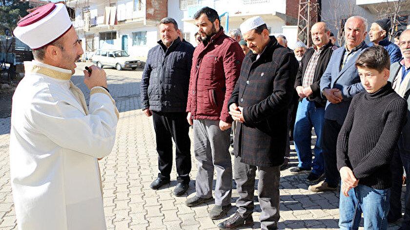 Cami imamı Ahmet Duran Aydın'ın yaptığı kar duasına köylüler birlikte ellerini açarak eşlik etti.