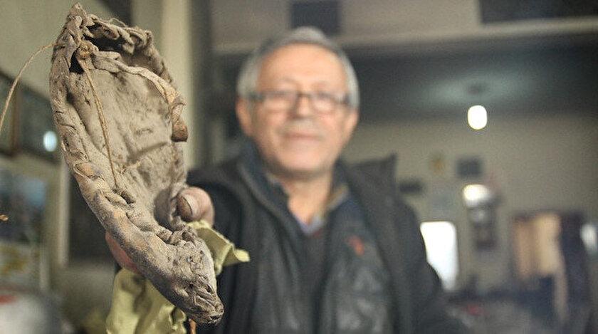 Bekir Balcı, manevi değeri büyük olan dede yadigarı 100 yıllık çarığa gözü gibi bakıyor.