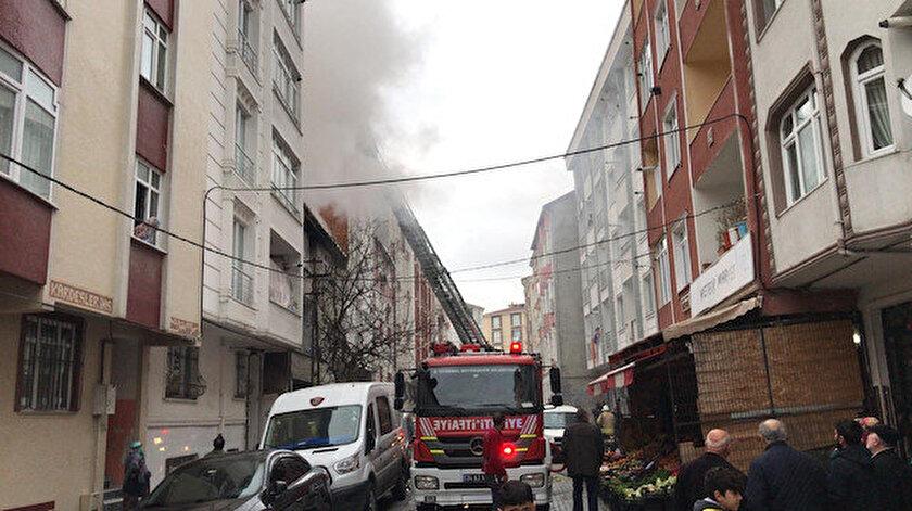İhbar üzerine olay yerine çok sayıda sağlık ve polis ekibi sevk edildi. Çatı katında mahsur kalan 3 kişi itfaiye ekipleri tarafından kurtarılırken, ekiplerin yangına müdahalesi devam ediyor.