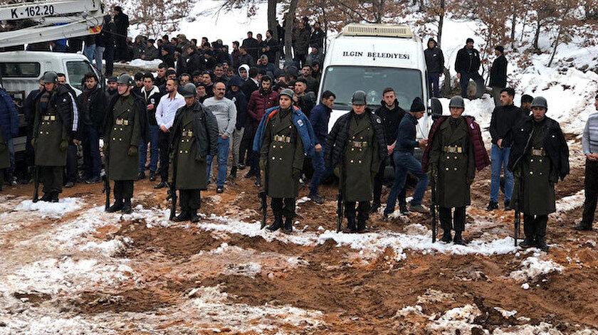 Şehit cenazesindeki askerlere montlarını verdiler