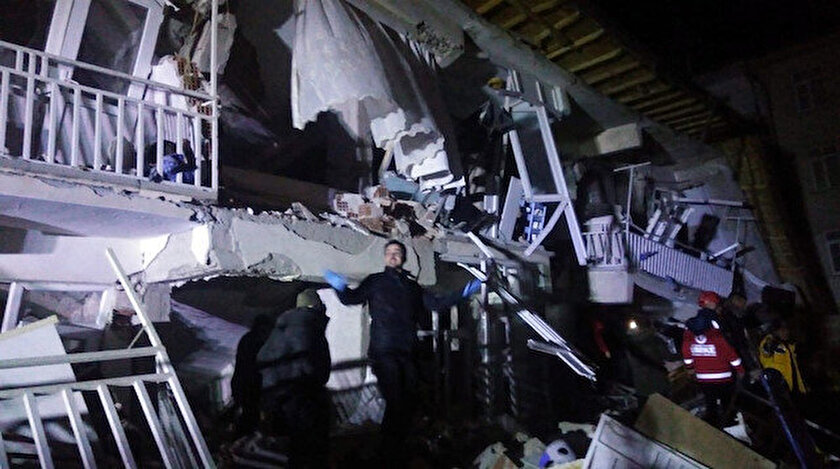 Elazığ'daki 6,5'lik depremin ardından sarsıntılar sürüyor.