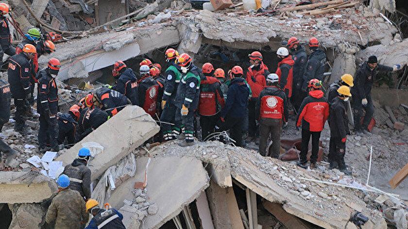 Deprem bölgesinde enkaz kaldırma çalışmaları sürüyor.