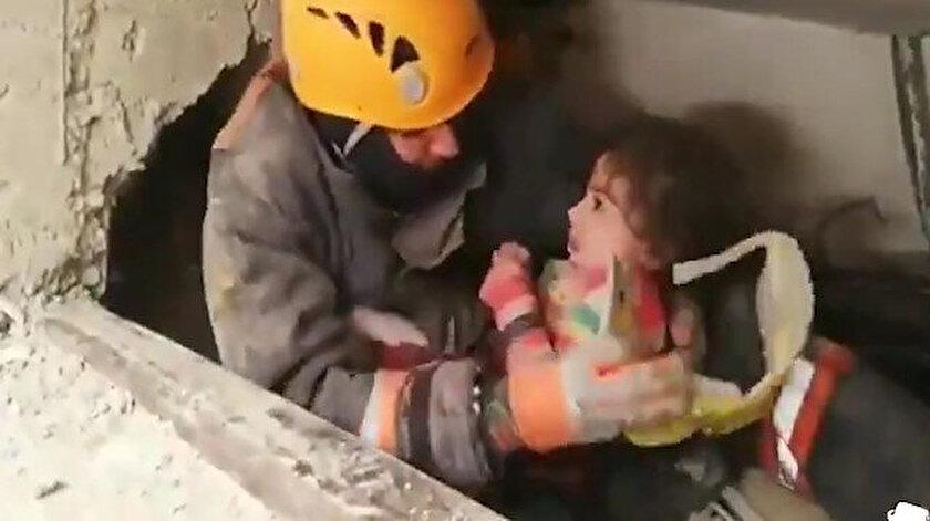 Kurtarma ekipleri 23'üncü saatte anne ve bebeğine ulaştı.