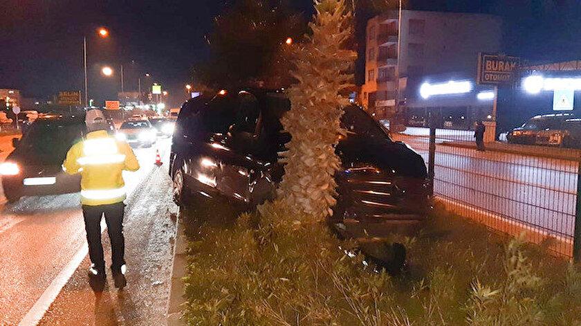 Mehmet Özhaseki, Menderes Türel ve Yusuf Ziya Yılmaz'ı taşıyan minibüs otomobille çarpıştıktan sonra yol kenarındaki palmiye ağacına vurarak durdu.