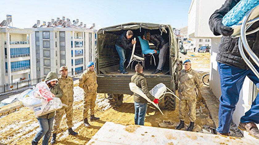 """Nakliye sıkıntısı çeken  ağır hasarlı ev sahiplerinin  taşınmaları için filosundaki  """"Unimog"""" tipi araçlarla eşyalar taşınmaya başladı."""