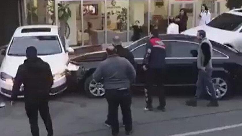 Öfkeli sürücü, kendi aracına da karşısındaki araca da büyük zarar verdi.