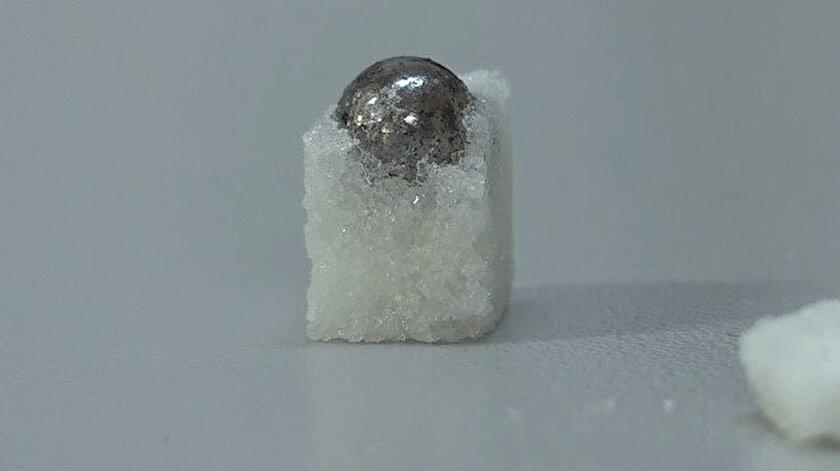 Küp şekeri kırınca içinden demir bilye çıktı.