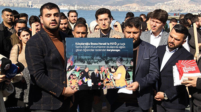 """AK Partili gençler, Cumhuriyet Meydanı'nda """"CHP-FETÖ iş birliği sergisi"""" açtı."""