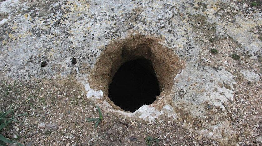 Ayrıca tepenin birçok yerinin kazıldığını tespit etti.