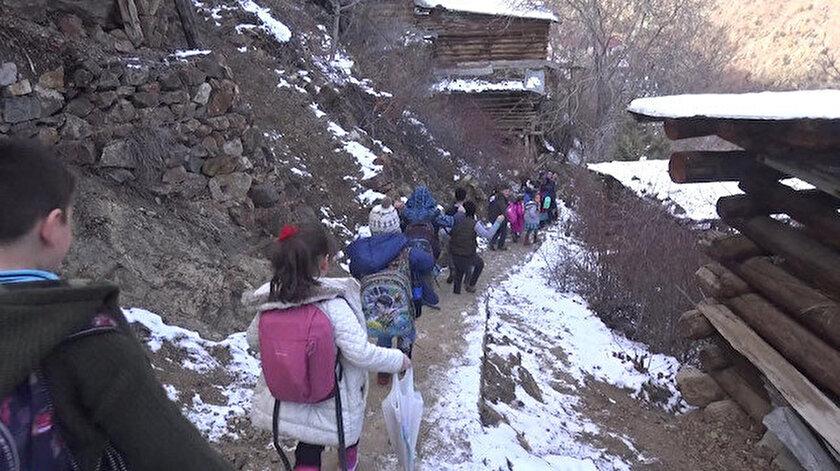 Çocuklar okula en hızlı şekilde gitmek için merdivenleri kullanıyor.