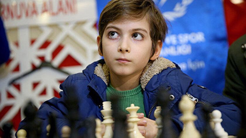 10 yaşındakli Atakan, okuduğu felsefe kitaplarıyla ilgili yaptığı yorumlarla sosyal medyada en çok konuşulan isimlerinden biri oldu.