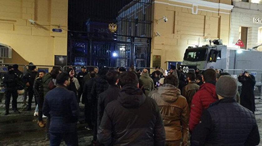 Vatandaşlarımız İstanbul Rus Konsolosluğu önünde askerimize yönelik yapılan saldırıyı protesto etti.