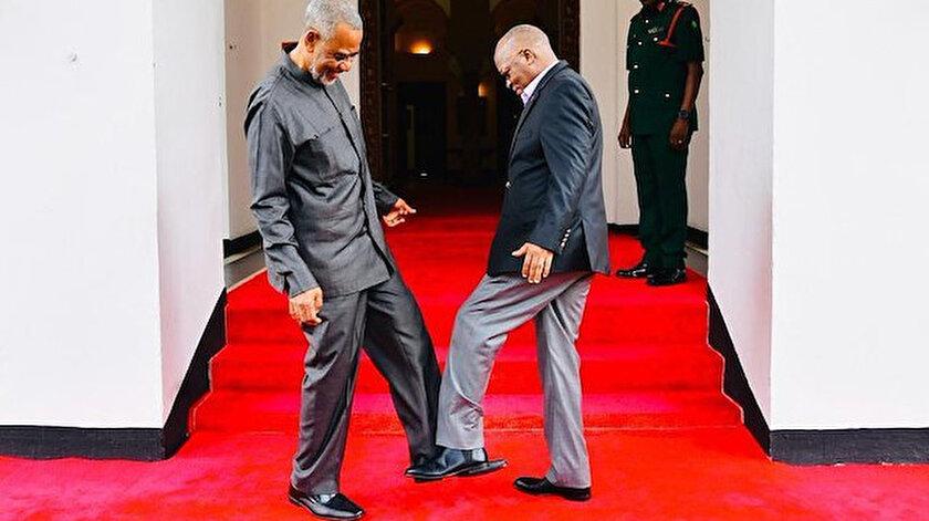 Tanzanya Devlet Başkanı Magufuli, misafirlerini ayakla selamlamaya başladı.