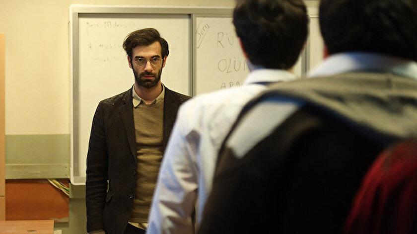 Dizinin başrolünde yer alan İlker Kaleli, bir öğretmeni canlandırıyor.