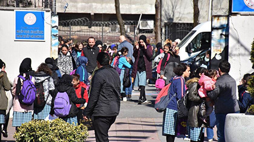 Rahatsızlanan öğrenciler hastaneye kaldırılırken, okul tatil edildi.