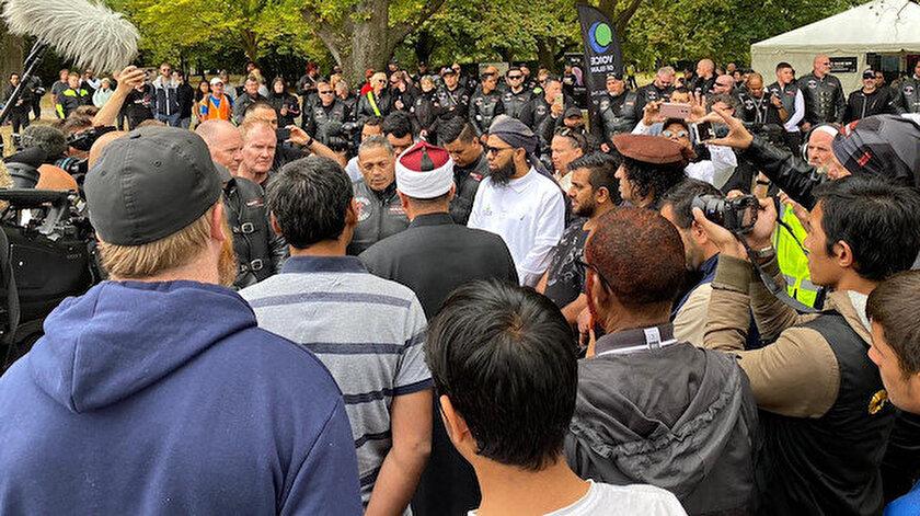 Nur ve Linwood camilerini ziyaret eden binlerce kişi Müslümanları yalnız bırakmadı.