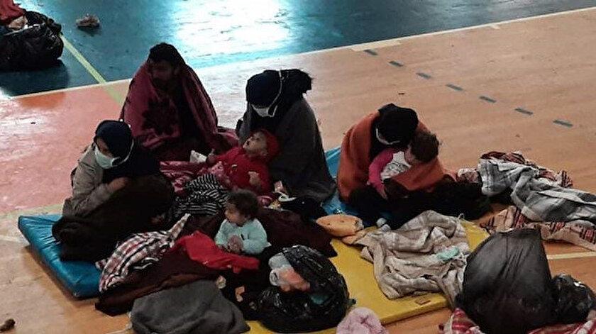 Tekneden tahliye edilen göçmenler, İskele Dr. Fazıl Küçük Spor Salonu'na taşındı.