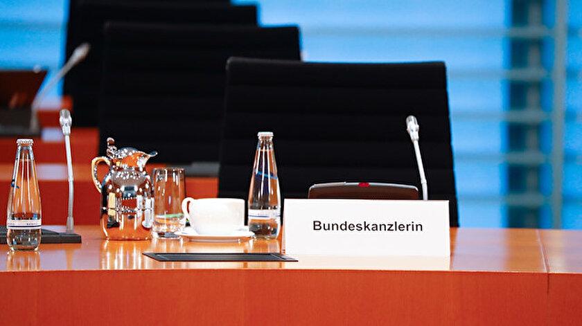 Alman Federal Hükümetinin kabine toplantısında Merkel'in koltuğu boş görüntülendi.
