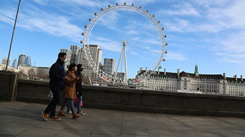 İngiltere hükümeti, koronavirüs nedeniyle vatandaşlarına sosyalleşmekten kaçınmalarını tavsiye etti.