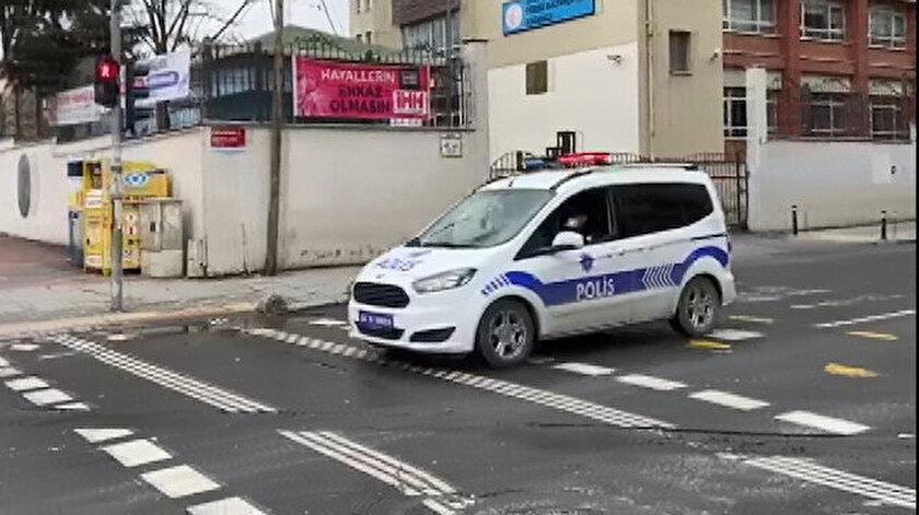 Sokağa çıkan vatandaşları devriye gezen polis ekibi araçlarından yapılan anonslarla uyarıyor.