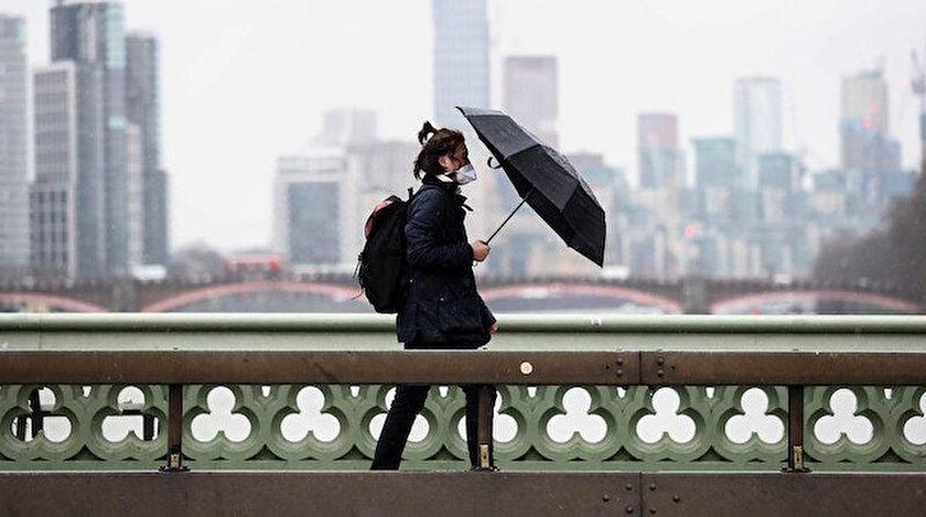'Sürü bağışıklığı' politikasından vazgeçilen İngiltere'de salgın hızının artması üzerine sokağa çıkışlar sınırlandırıldı.