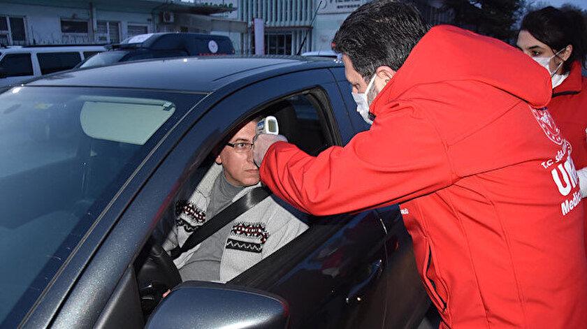 UMKE görevlileri de cihazla ateşleri ölçülen sürücülere koronavirüs ile ilgili bilgiler vererek, 'sosyal mesafe' uyarısında bulundu.
