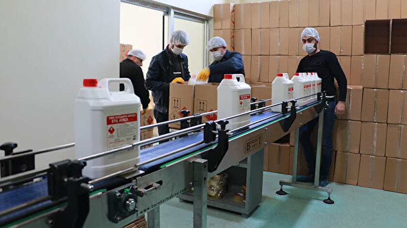 Fabrikada, 50 çalışanla, 3 vardiya halinde günlük 65 bin litre etil alkol üretiliyor.