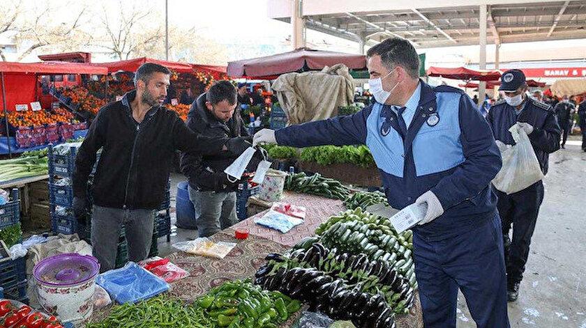 Zabıta Müdürlüğü ekipleri, pazar esnafına eldiven ve maske dağıttı.