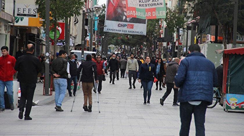İzmirliler sosyal mesafe kurallarını hiçe sayıyor.