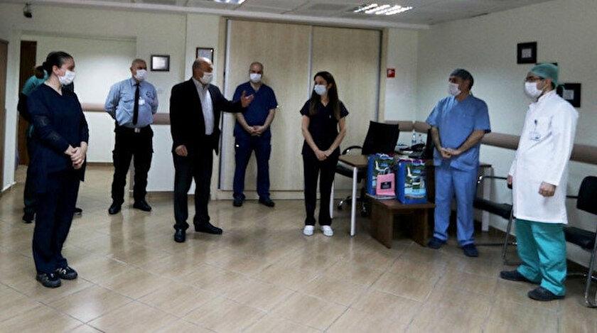 Sağlık personelleri görevlerinin ilk günü arkadaşları tarafından karşılandı.