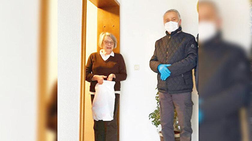 Osman Bilgili ve ekibi ihtiyaç sahiplerini ve yaşlıları evlerinde ziyaret ediyor.
