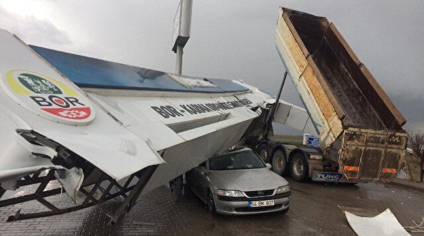 Çarpmanın etkisiyle devrilen tabela OSB güvenlik görevlisinin otomobilinin üzerine düştü.