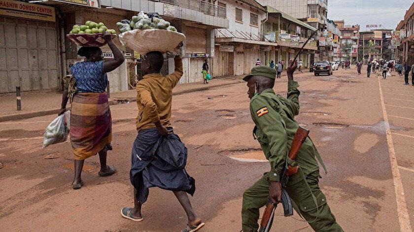 Afrika'da tedbirlere uymayan vatandaşlara şiddet uygulanıyor.