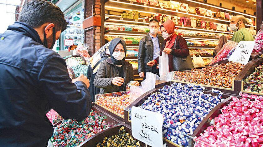 Mısır Çarşısı ve Kapalıçarşı çevresindeki dükkanlarda hareketlilik yaşandı.